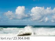 Волны на Атлантическом океане. Солнечный день. Португалия (2016 год). Стоковое фото, фотограф E. O. / Фотобанк Лори