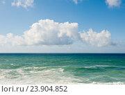 Купить «Атлантический океан и небо с белыми облаками. Солнечный день. Португалия», фото № 23904852, снято 15 октября 2016 г. (c) Екатерина Овсянникова / Фотобанк Лори