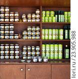 Купить «Вересковый, сосновый, тимьяновый мед и оливковое масло продаются на греческом острове Родос», фото № 23905988, снято 7 сентября 2016 г. (c) Виктория Катьянова / Фотобанк Лори