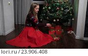 Купить «Женщина сложила подарки под елку», видеоролик № 23906408, снято 20 октября 2016 г. (c) Швец Анастасия / Фотобанк Лори