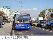 Купить «Пассажиры садятся в автобус №144 на Большой Якиманке, Москва», фото № 23907988, снято 24 октября 2016 г. (c) Павел Москаленко / Фотобанк Лори