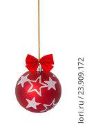 Купить «Red christmas ball with bows hang on the chain», фото № 23909172, снято 24 октября 2016 г. (c) Наталья Волкова / Фотобанк Лори