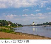 Речной катер плывет по реке Великой в городе Пскове летом (2014 год). Стоковое фото, фотограф Валентина Троль / Фотобанк Лори