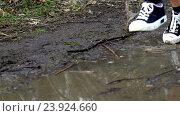Купить «Runner woman jogging through puddles.», видеоролик № 23924660, снято 22 октября 2016 г. (c) Gennadiy Poznyakov / Фотобанк Лори