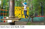 Девочка проходит веревочное препятствие. Стоковое видео, видеограф Кузьмов Пётр / Фотобанк Лори