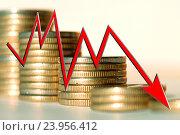 Красная стрелка  на фоне денег .  Концепция изменения банковских ставок . Стоковое фото, фотограф Сергеев Валерий / Фотобанк Лори