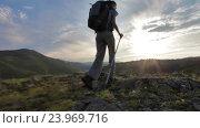 Женщина-путешественник идёт в гору. Стоковое видео, видеограф Станислав Толстнев / Фотобанк Лори