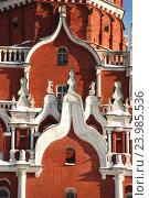 Купить «Архитектурный декор с белокаменными украшениями Троицкой башни Московского Кремля», эксклюзивное фото № 23985536, снято 19 февраля 2011 г. (c) lana1501 / Фотобанк Лори