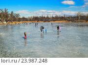 Купить «Зима, отдых. Люди гуляют по льду замерзшей реки Самара. Украина», фото № 23987248, снято 7 февраля 2016 г. (c) Несинов Олег / Фотобанк Лори