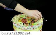 Подарочная коробка с цветами и макарунами. Стоковое видео, видеограф Video Kot / Фотобанк Лори