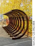 Парковка для велосипедов возле филиала СберБанка России, Самара (2016 год). Редакционное фото, фотограф Ekaterina M / Фотобанк Лори