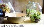 Купить «Woman prepares conserved stewed fruit for winter», видеоролик № 23993816, снято 23 июля 2016 г. (c) Володина Ольга / Фотобанк Лори