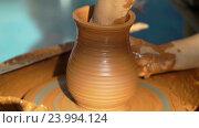 Купить «Гончар работает над глиняным горшком», видеоролик № 23994124, снято 28 октября 2016 г. (c) Vladimir Botkin / Фотобанк Лори