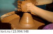 Купить «Гончар работает над глиняным горшком», видеоролик № 23994148, снято 28 октября 2016 г. (c) Vladimir Botkin / Фотобанк Лори