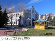 Купить «Беседка и синагога «Бейт Менахем» в городе Биробиджане», эксклюзивное фото № 23998000, снято 26 октября 2016 г. (c) Алексей Гусев / Фотобанк Лори