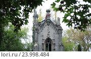 Купить «Готический семейный склеп на старом кладбище», видеоролик № 23998484, снято 25 сентября 2016 г. (c) Швец Анастасия / Фотобанк Лори