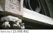 Купить «Деталь древнего семейного склепа на кладбище», видеоролик № 23998492, снято 25 сентября 2016 г. (c) Швец Анастасия / Фотобанк Лори