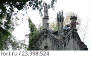 Купить «Древний склеп со статуями на кладбище», видеоролик № 23998524, снято 25 сентября 2016 г. (c) Швец Анастасия / Фотобанк Лори