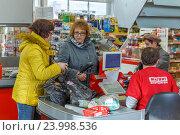 """Купить «Женщины у кассы в супермаркете """"Магнит""""», фото № 23998536, снято 22 октября 2016 г. (c) Акиньшин Владимир / Фотобанк Лори"""