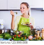 Girl tasting vegetable salad. Стоковое фото, фотограф Яков Филимонов / Фотобанк Лори