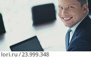 Купить «Smiling businessman with laptop in office», видеоролик № 23999348, снято 16 ноября 2019 г. (c) Raev Denis / Фотобанк Лори