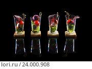 Канапе с томатами и мягким сыром на черном фоне. Стоковое фото, фотограф Ксения Кузнецова / Фотобанк Лори