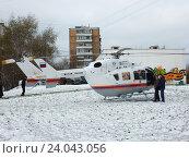 Купить «Вертолёт МЧС приземлился около жилых домов на Щелковском шоссе для эвакуации пострадавших в аварии», эксклюзивное фото № 24043056, снято 1 ноября 2016 г. (c) lana1501 / Фотобанк Лори