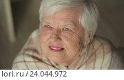 Купить «Пожилая женщина смотрит вверх», видеоролик № 24044972, снято 28 октября 2016 г. (c) Илья Шаматура / Фотобанк Лори
