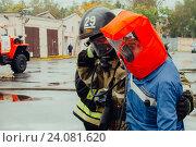Пожарный выводит из пожара человека (2016 год). Редакционное фото, фотограф Евгений Рудницкий / Фотобанк Лори