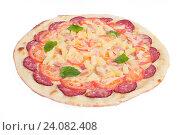 Пицца с салями, перцем и апельсинами на белом фоне. Стоковое фото, фотограф Кривцов Алексей / Фотобанк Лори