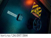 Кодовая дверь сейфа со штурвалом. Стоковое фото, фотограф Кривцов Алексей / Фотобанк Лори