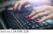 Купить «Руки работают на клавиатуре», видеоролик № 24098328, снято 2 ноября 2016 г. (c) Илья Шаматура / Фотобанк Лори