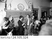 Italian director Sergio Leone receiving an award at the Morazzani salon. Next to him are TV host Nando Pucci Negri (Giuseppe Negri) and Italian actors... Стоковое фото, фотограф ARNOLDO MONDADORI EDITORE S.P. / age Fotostock / Фотобанк Лори