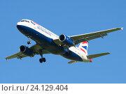 Летящий самолет Airbus A320-232 (G-EUUJ) авиакомпании British Airways крупным планом (2016 год). Редакционное фото, фотограф Виктор Карасев / Фотобанк Лори