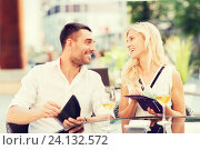 Купить «happy couple with wallet paying bill at restaurant», фото № 24132572, снято 15 июля 2015 г. (c) Syda Productions / Фотобанк Лори