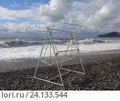 Купить «Качели на галечном пляже, штормящее море и низкие облака», фото № 24133544, снято 14 октября 2016 г. (c) DiS / Фотобанк Лори