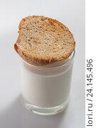 Купить «Поджаренный хлеб на стакане коровьего молока», фото № 24145496, снято 24 января 2016 г. (c) AlphaBravo / Фотобанк Лори