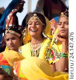 Купить «Девушки в красочной этнической одежде на ярмарке Пушкар. Пушкарь, Раджастхан, Индия.», фото № 24147476, снято 21 ноября 2012 г. (c) photoff / Фотобанк Лори