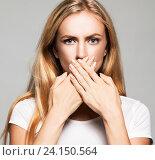 Девушка, закрывшая рот. Стоковое фото, фотограф Гладских Татьяна / Фотобанк Лори