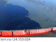Мазутное пятно на реке. Стоковое фото, фотограф Сергей Гусаров / Фотобанк Лори