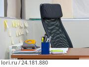 Пустой офисный стул и стол с принадлежностями (2016 год). Редакционное фото, фотограф Евгений Пидеркин / Фотобанк Лори