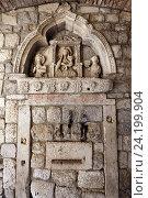 Купить «Готический барельеф на каменной иконе внутри Морских ворот, Котор, Черногория», эксклюзивное фото № 24199904, снято 24 июля 2015 г. (c) Алексей Гусев / Фотобанк Лори