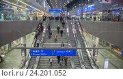 Купить «Эскалатор на центральной железнодорожной станцией, Вена. Таймлапс», видеоролик № 24201052, снято 16 июля 2020 г. (c) Константин Шишкин / Фотобанк Лори