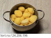 Купить «Кастрюля с картошкой», эксклюзивное фото № 24206196, снято 4 ноября 2016 г. (c) Яна Королёва / Фотобанк Лори
