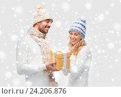 Купить «smiling couple in winter clothes with gift box», фото № 24206876, снято 8 октября 2015 г. (c) Syda Productions / Фотобанк Лори