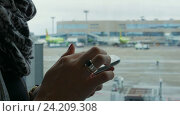 Closeup of young woman hands using a smartphone. Стоковое видео, видеограф Павел Котельников / Фотобанк Лори