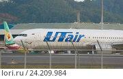 Купить «Boeing 767 taxiing to start», видеоролик № 24209984, снято 26 ноября 2015 г. (c) Игорь Жоров / Фотобанк Лори