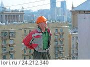 Купить «Рабочий - строитель на крыше дома», фото № 24212340, снято 9 августа 2008 г. (c) Татьяна Белова / Фотобанк Лори
