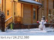 Купить «Снеговик на фоне загородного коттеджа», фото № 24212380, снято 7 января 2016 г. (c) Ирина Носова / Фотобанк Лори