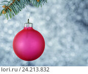 Новогодний шар на рождественской елке. Стоковое фото, фотограф Андрей Черников / Фотобанк Лори